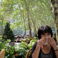 公園にて汗を拭く岡田光世