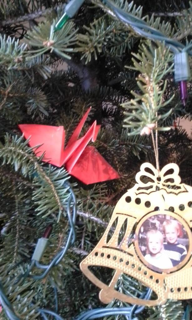 赤の折鶴とクリスマスツリー - 岡田光世